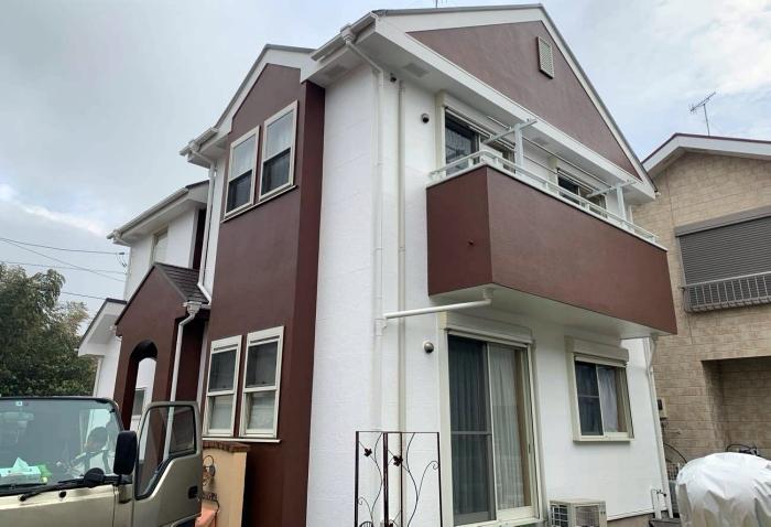 屋根ひび割れ補修し、汚れに強い塗料で白×茶ツートンに外壁塗装でイメージチェンジ!  寒川町T様