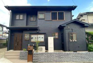 ブラックでまとめた屋根・モルタル壁塗装がシックモダンな外観に大変身! 愛川町T様邸